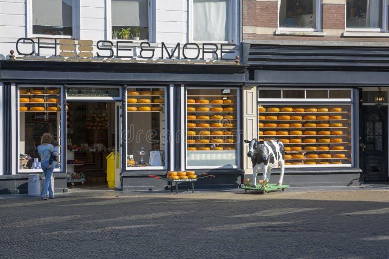 Tienda del queso de Holanda en la plaza del mercado principal delante ayuntamiento la cerámica de Delft fotos de archivo