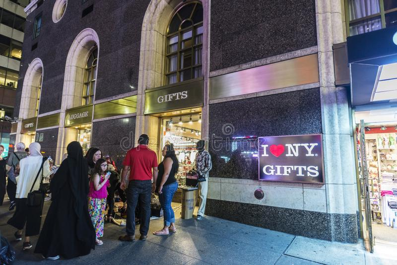 Tienda del regalo y del equipaje en New York City, los E.E.U.U. foto de archivo