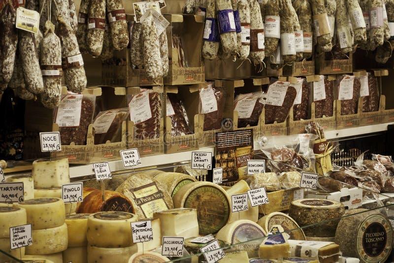 Tienda del salami y del queso en Florencia imágenes de archivo libres de regalías