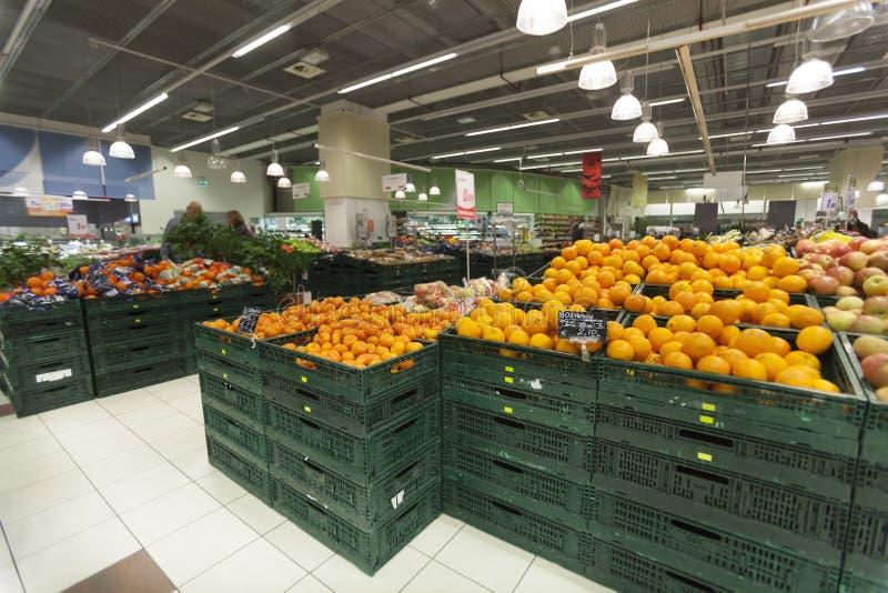 Tienda del verdulero Naranjas en el primero plano foto de archivo libre de regalías