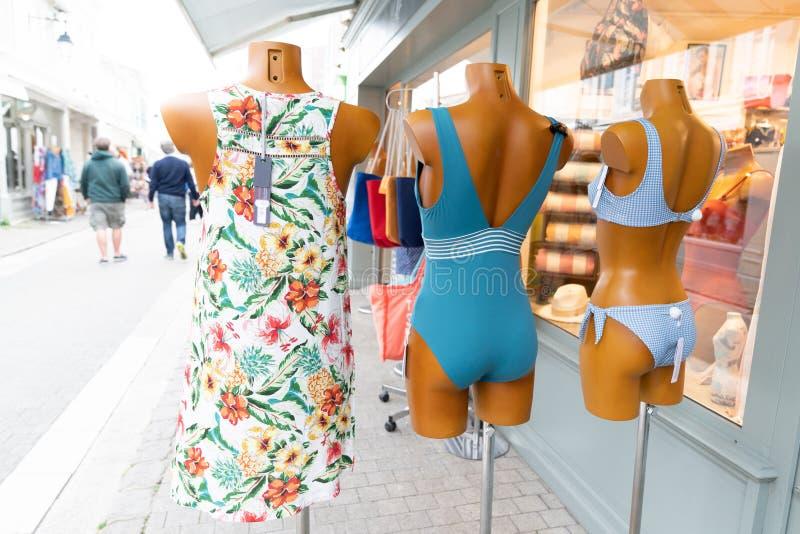 Tienda delantera de la calle de muchos maniquíes de la moda con el vestido y el traje de baño foto de archivo libre de regalías