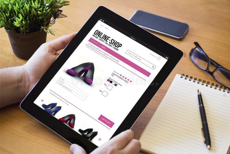 Tienda en línea de la tableta de escritorio imagenes de archivo