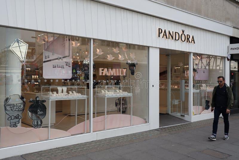Tienda en la calle de Oxford, Londres de Pandora foto de archivo libre de regalías