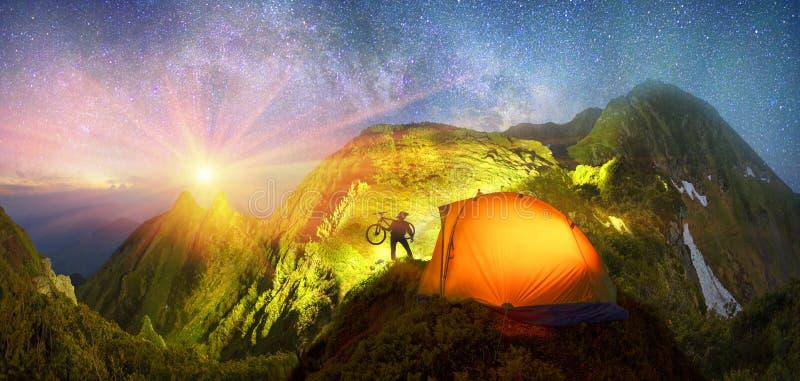 Tienda en las montañas fotos de archivo libres de regalías