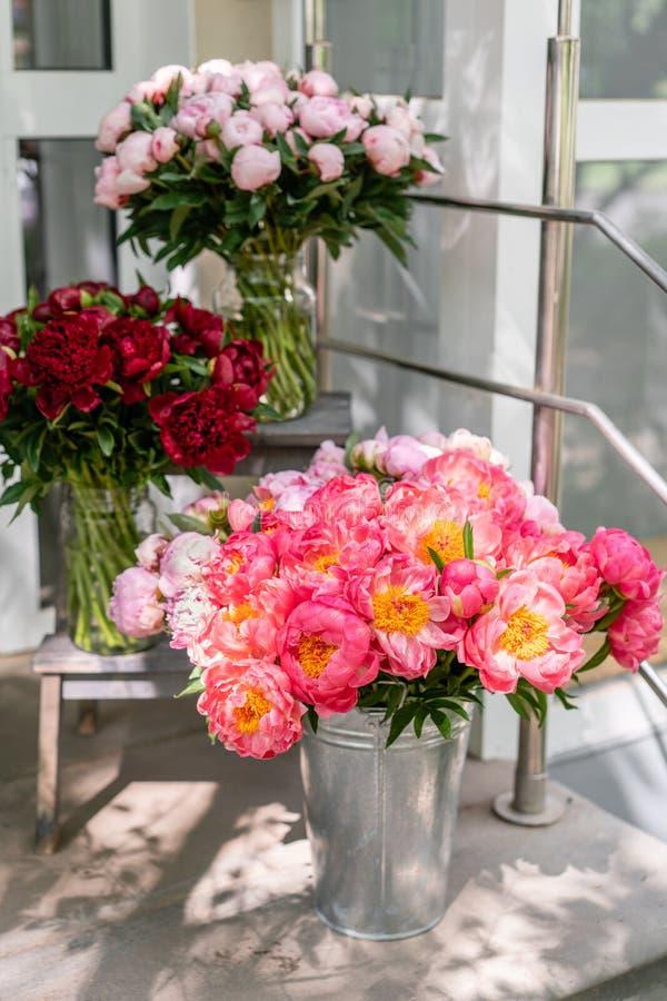 Tienda floral Ramo hermoso de diversas peonías de las variedades wallpaper Flores preciosas en floreros imagenes de archivo