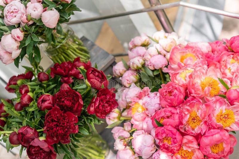 Tienda floral Ramo hermoso de diversas peonías de las variedades wallpaper Flores preciosas en floreros foto de archivo libre de regalías