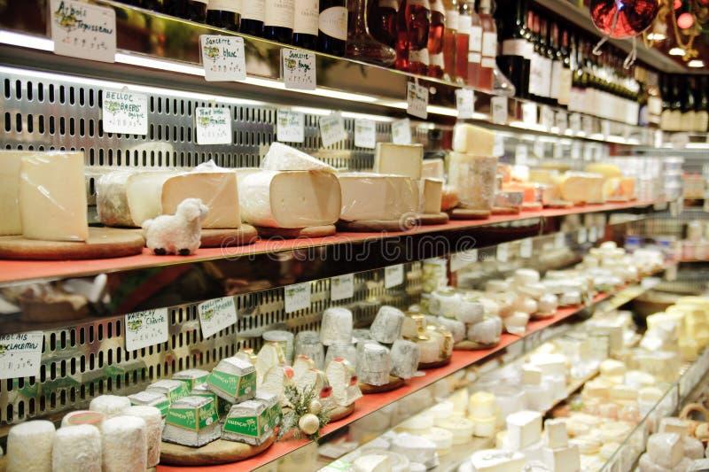 Tienda francesa del queso en París con docenas de clases de chees franceses fotografía de archivo