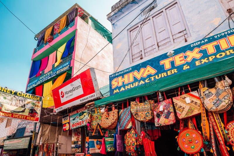 Tienda india del bolso del estilo en el viejo mercado callejero de Pushkar imagen de archivo
