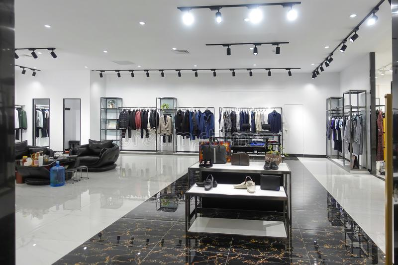 tienda interior de la moda de la tienda de la ropa fotos de archivo libres de regalías