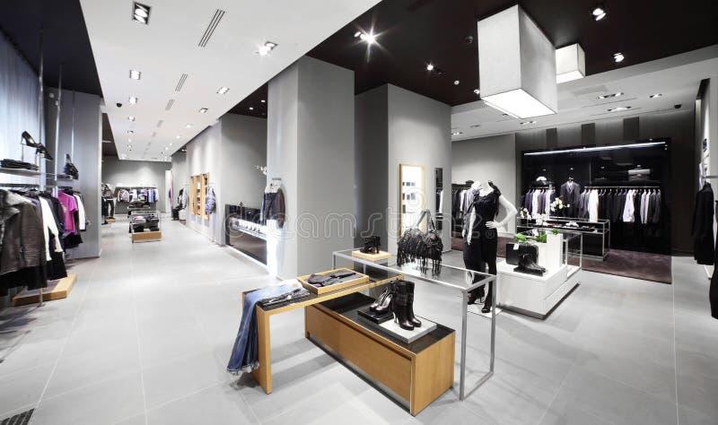 Tienda moderna y de la moda de la ropa imagenes de archivo