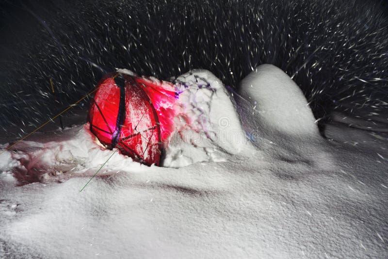 Tienda nevada de los escaladores de los turistas imagenes de archivo
