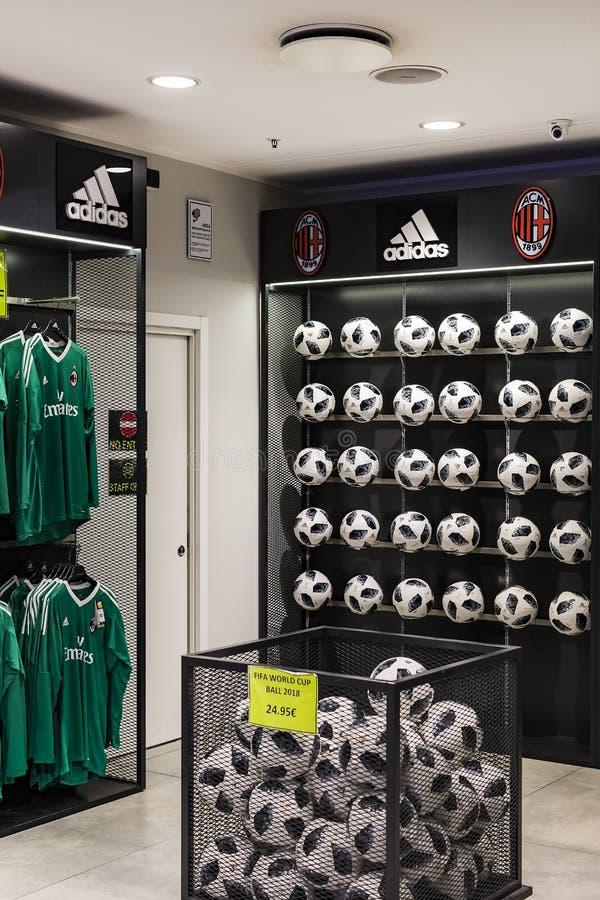 Tienda oficial FC Milán inter y Milán, ropa y equipo del calzado de recuerdos y de la parafernalia para las fans del equipo y de  fotografía de archivo libre de regalías