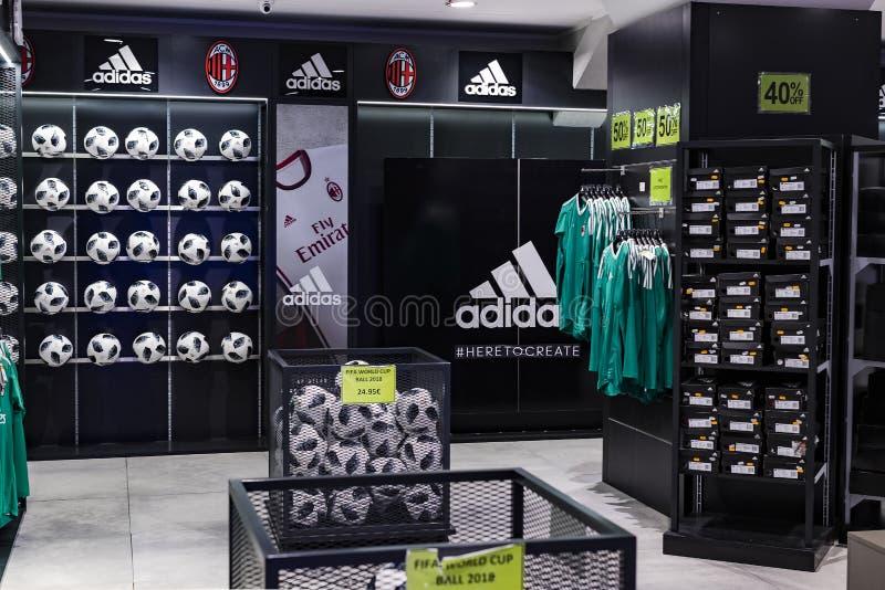 Tienda oficial FC Mil?n inter y Mil?n, ropa y equipo del calzado de recuerdos y de la parafernalia para las fans del equipo y de  imagenes de archivo