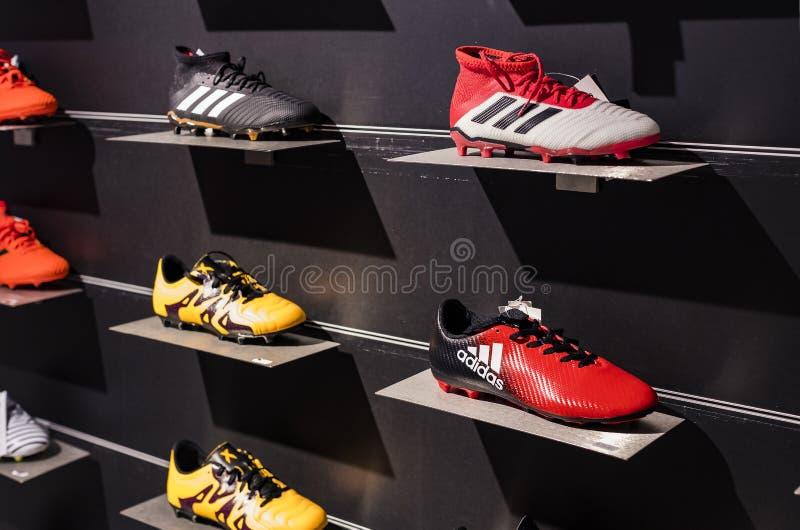 Tienda oficial FC Mil?n inter y Mil?n, ropa y equipo del calzado de recuerdos y de la parafernalia para las fans del equipo y de  imagen de archivo libre de regalías