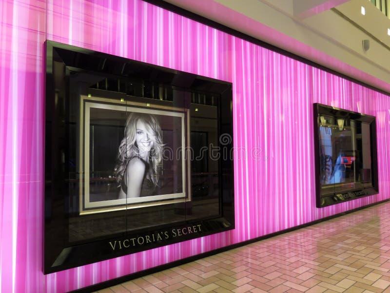 Tienda púrpura de Victorias Secret en un centro comercial imagenes de archivo