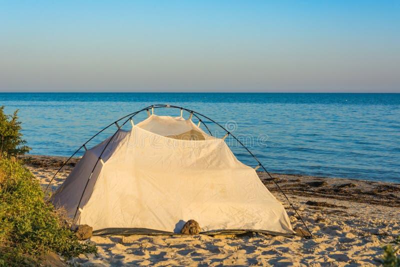 Tienda por el mar en la puesta del sol fotos de archivo libres de regalías