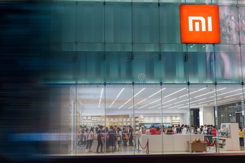 Tienda principal de Xiaomi en la noche imagen de archivo libre de regalías