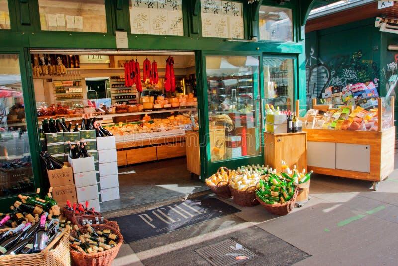 Tienda privada en el viejo mercado popular fotos de archivo