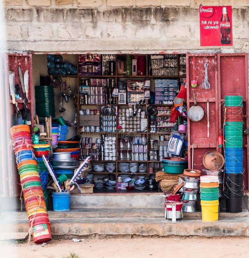 Tienda que vende artículos plásticos en Zanzíbar, Tanzania imágenes de archivo libres de regalías