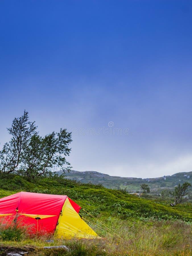 Tienda roja en la naturaleza camping fotos de archivo libres de regalías
