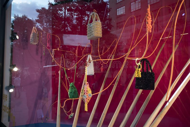 Tienda Selfridges en Oxford Street en Londres, adornado para el término del otoño imagenes de archivo