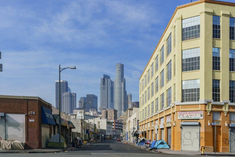 Tienda sin hogar y camino sucio fotos de archivo