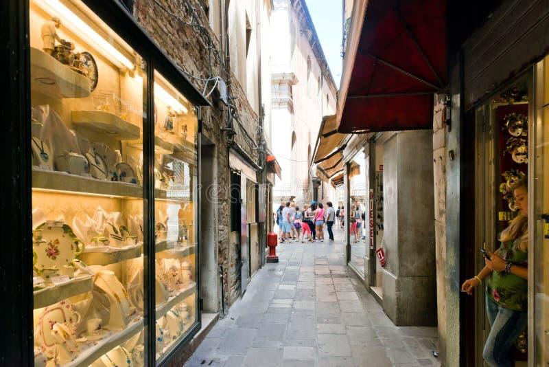 Tienda, situada en una pequeña calle en Venecia imágenes de archivo libres de regalías