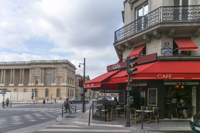 Tienda típica del café en París imagen de archivo