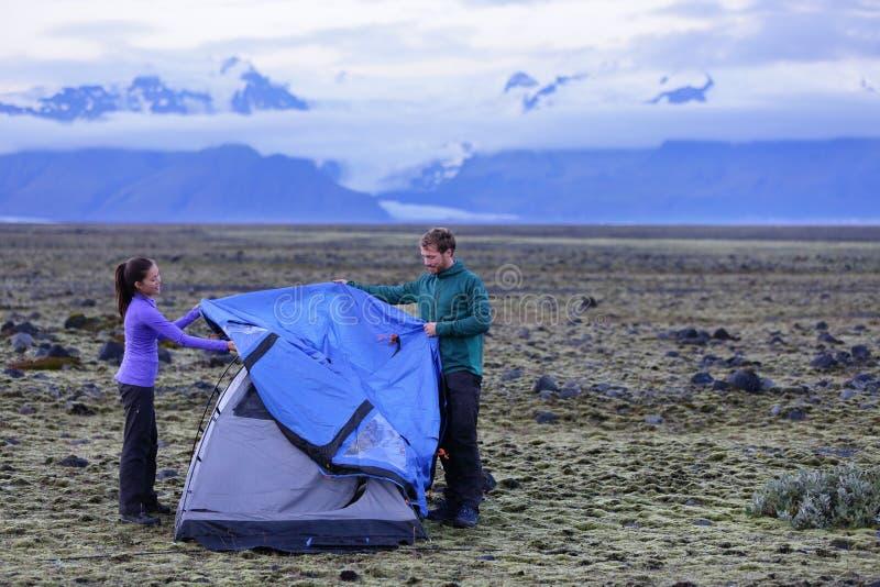 Tienda - tienda de encachado de la gente en Islandia en la oscuridad fotografía de archivo libre de regalías