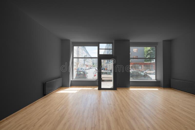 Tienda/tienda renovadas - sitio vacío con el piso y el shoppi de madera foto de archivo