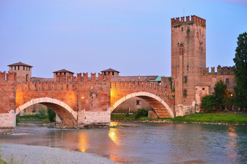 Tienda un puente sobre con los archs Castelvecchio sobre el río Adige en Verona Italy fotografía de archivo libre de regalías