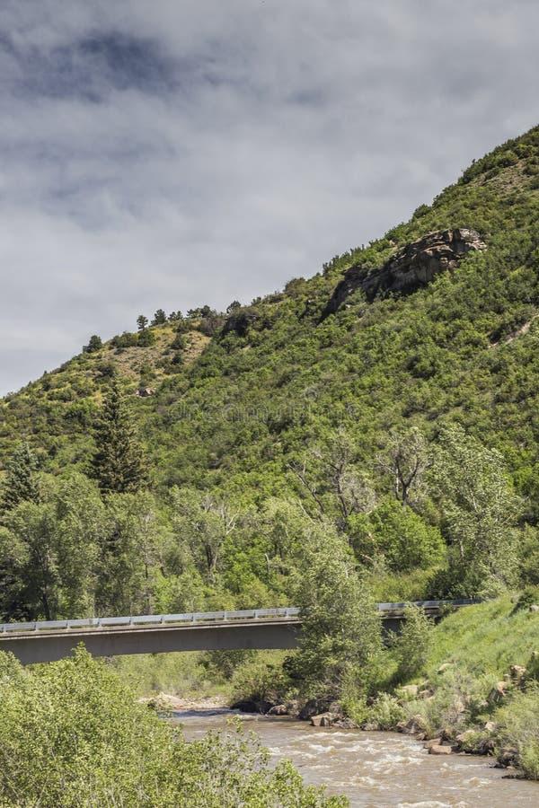 Tienda un puente sobre crosswing el río de Gunnison, parque de estado de Paonia, Colorado imagen de archivo libre de regalías