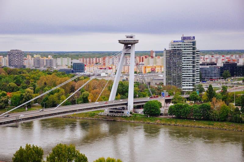 Tienda un puente sobre el povstania del rodného del ¡del nà de Slovenského en Bratislava, Eslovaquia fotografía de archivo libre de regalías