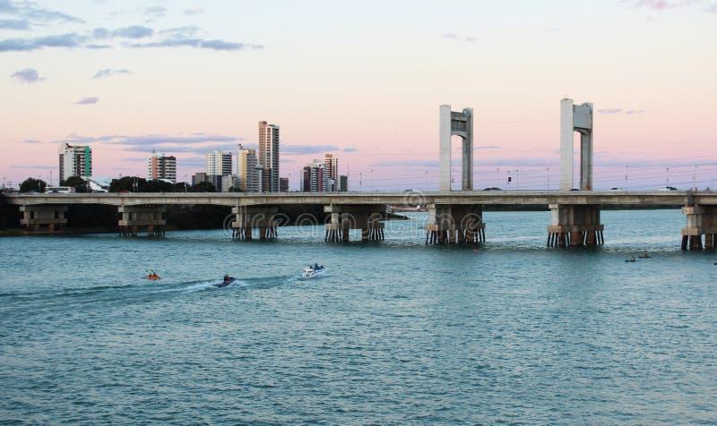 Tienda un puente sobre entre las ciudades Petrolina y Juazeiro DA Bahía en la oscuridad imágenes de archivo libres de regalías