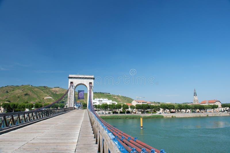 Tienda un puente sobre sobre el río el Rone foto de archivo libre de regalías