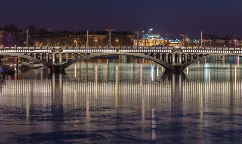 Tienda un puente sobre sobre el río Rhone 8 imagen de archivo