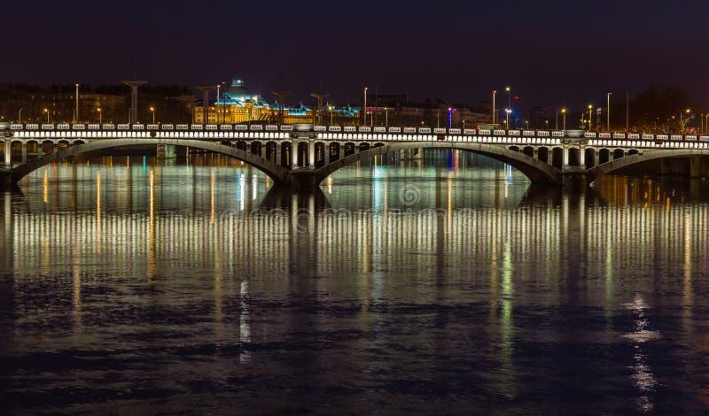 Tienda un puente sobre sobre el río Rhone 9 fotos de archivo libres de regalías