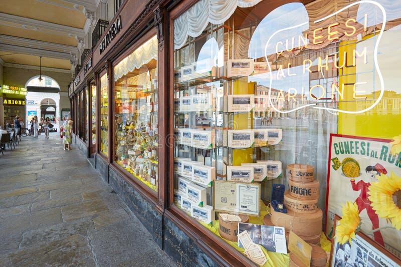 Tienda, ventanas y gente antiguas de pasteles de Arione en un día de verano en Cuneo, Italia fotografía de archivo