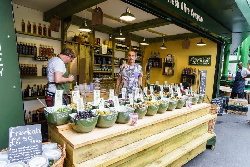 Tienda verde oliva en el mercado de la ciudad, Londres foto de archivo libre de regalías