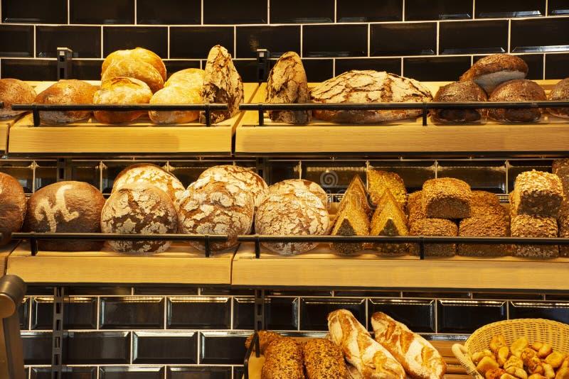 Tienda y café del pan de la panadería en venta en el mercado de heidelberger en Heidelberg, Alemania fotos de archivo
