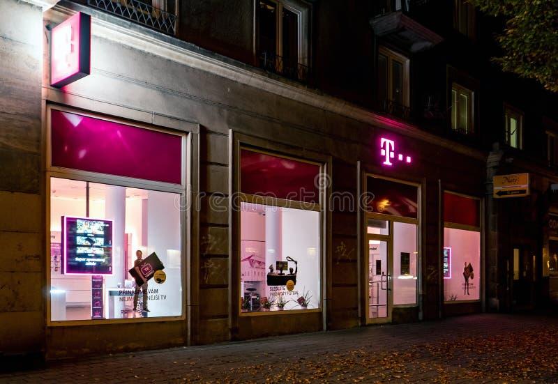 Tienda y tienda de la ayuda del portador de T-Mobile en Havirov, República Checa en horas de la noche imágenes de archivo libres de regalías