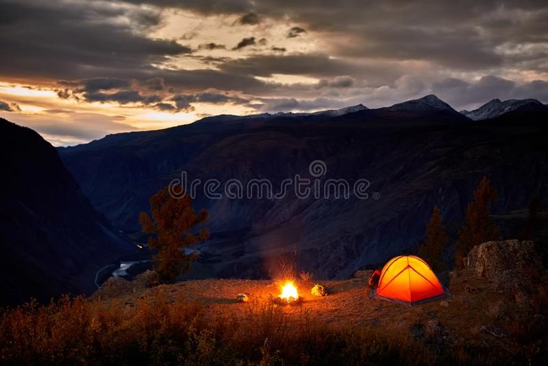 Tienda y paisaje de la colina que acampa en de la noche imágenes de archivo libres de regalías
