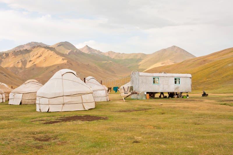 Tiendas asiáticas tradicionales Yurts - hogares de los nómadas locales en las montañas de Tian Shan foto de archivo libre de regalías