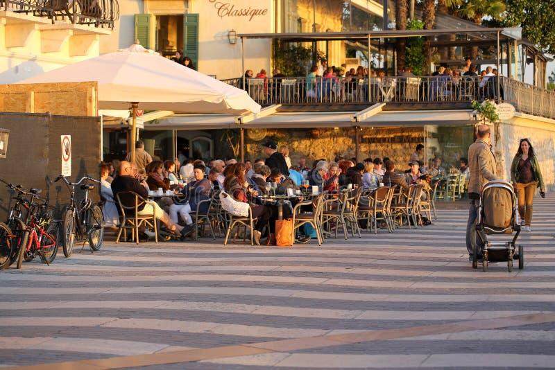 Tiendas, barras y restaurantes en Lazise en el lago Garda imagen de archivo