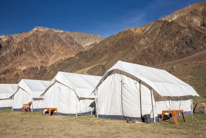 Tiendas de campaña de Sarchu en la carretera de Leh - de Manali en la región de Ladakh foto de archivo