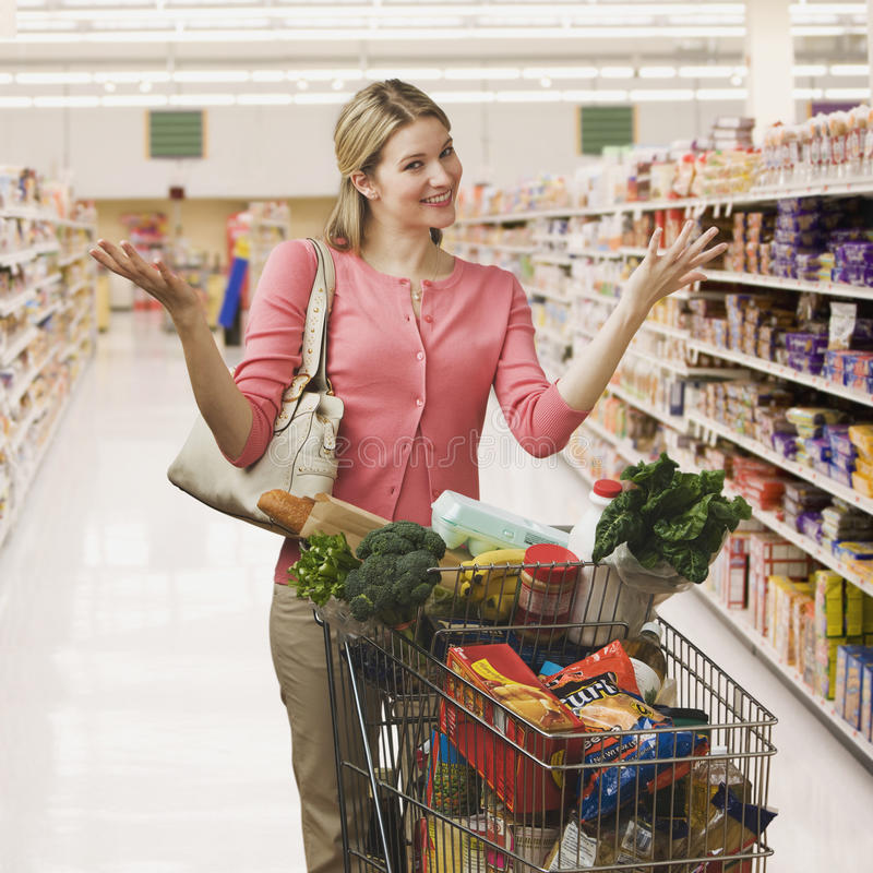 Tiendas de comestibles de compra de la mujer imagen de archivo libre de regalías
