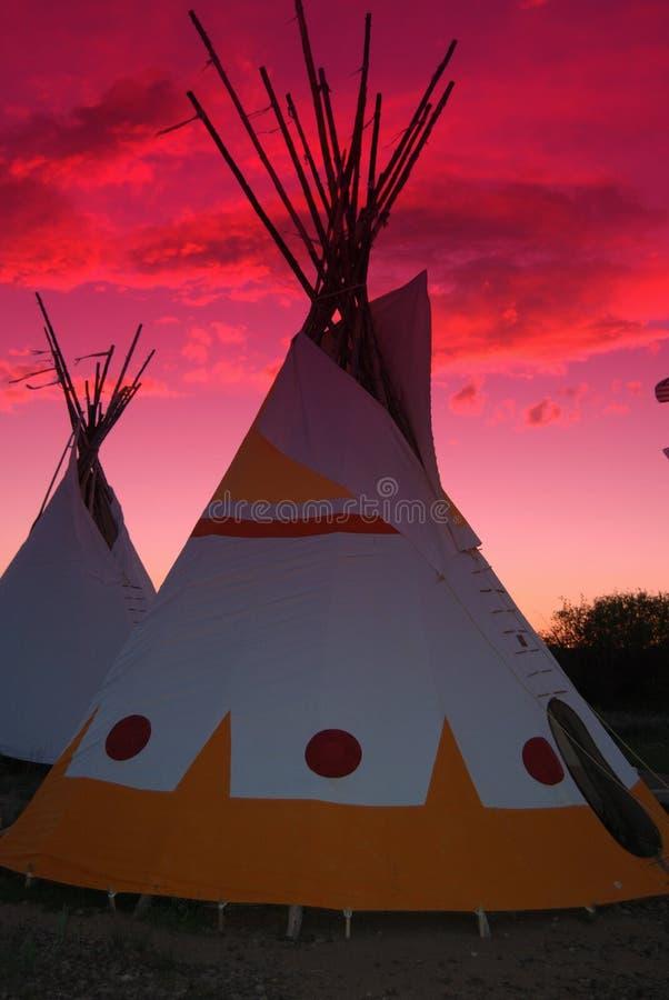 Tiendas de los indios norteamericanos con puesta del sol fotografía de archivo libre de regalías