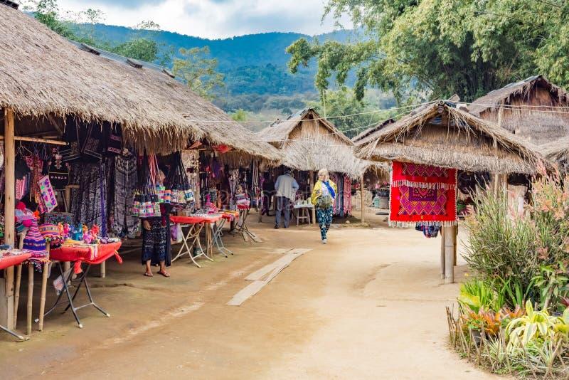 Tiendas de regalos en el pueblo étnico de la colina-tribu de Karen' del cuello del 'Long, Chiang Mai, Tailandia imágenes de archivo libres de regalías
