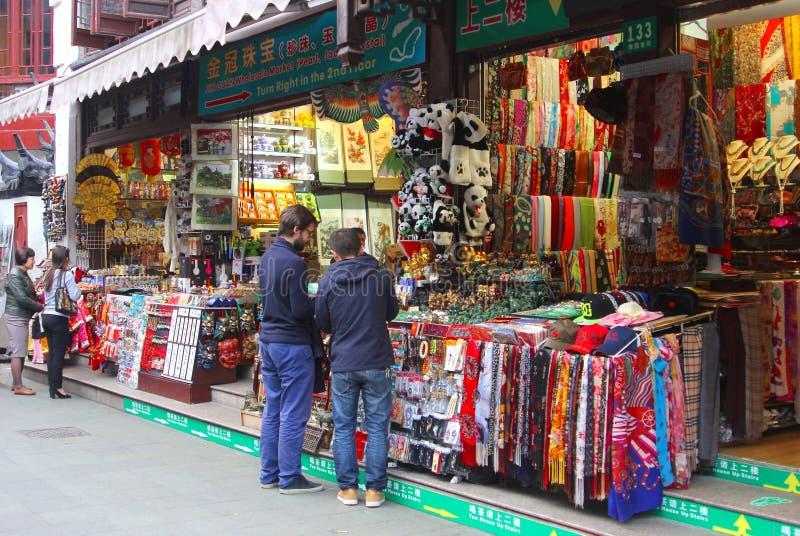 Tiendas de souvenirs en la ciudad vieja de Shangai, China fotografía de archivo
