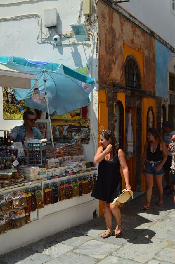Tiendas de souvenirs pintorescas en Main Street hermoso de Oia en la isla de Santorini Arquitectura, paisajes, viaje, cruis foto de archivo libre de regalías